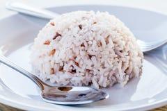 Reis mit Löffel und Gabel im weißen Teller Lizenzfreies Stockbild