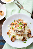 Reis mit Pilzen auf Platte Stockfoto