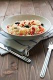 Reis mit rotem spanischem Pfeffer und schwarzen Oliven Lizenzfreies Stockfoto