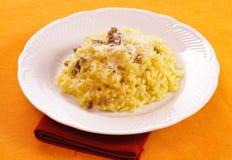 Reis mit Safran und Wurst Stockbilder