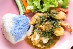 Reis mit thailändischer Nahrung der Basilikumsoßenhühnerschweinefleisch-Garnelen Lizenzfreie Stockfotografie