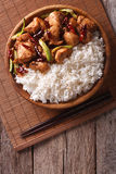 Reis mit würzigem Kung Pao Huhn Vertikale Draufsicht Stockbild