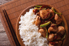 Reis mit würziger Kung Pao Hühnernahaufnahme horizontale Draufsicht Lizenzfreie Stockfotos