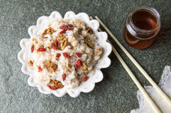 Reis mit Walnüssen und goji lizenzfreie stockbilder