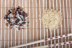 Reis mit zwei Dias und chinesische Stöcke auf der Matte Stockfotografie