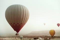 Reis Mooie Hete Luchtballon die in Hemel boven Vallei vliegen stock foto