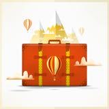 Reis naar bergenachtergrond Het reizen en wandelingsconcept Reizigersscène met koffer, ballon, sneeuwpieken Stock Foto