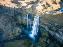 Reis naar de waterval van IJsland seljalandsfoss van de hommelbeeld van de seljalandsrivier Royalty-vrije Stock Fotografie