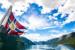 Reis in Noorwegen Verbazende aardmening met mooie wolken boven de fjord Plaats: Lysefjorden, Noorwegen, Europa artistiek stock foto