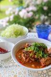 Reis-Nudeln mit würziger Schweinefleischsoße Stockfoto