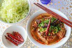 Reis-Nudeln mit würziger Schweinefleischsoße Stockfotografie
