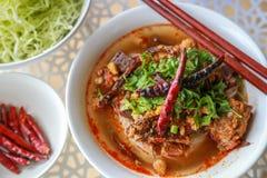 Reis-Nudeln mit würziger Schweinefleischsoße lizenzfreie stockfotos