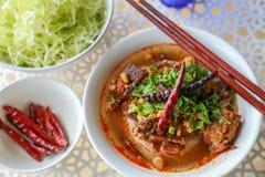 Reis-Nudeln mit würziger Schweinefleischsoße Lizenzfreie Stockbilder