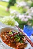 Reis-Nudeln mit würziger Schweinefleischsoße stockbilder