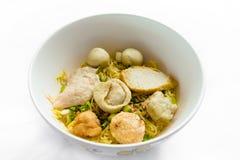 Reis-Nudelsuppe mit Fisch-Bällen stockfotos