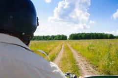 Reis op de eenzame landweg op motorfiets Stock Afbeeldingen