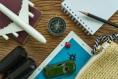 Reis planningsconcept met stuk speelgoed vliegtuig, paspoort, kompas, bi royalty-vrije stock afbeelding
