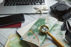 Reis planningsconcept, notitieboekje, kaart, documenten, hoed, laptop, camera, toebehoren voor reis, uitrusting van reiziger, toe stock foto