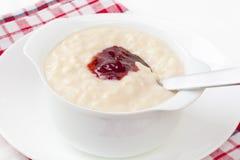 Reis-Pudding mit Erdbeere-Marmelade lizenzfreie stockbilder