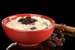 Reis-Pudding mit Rosinen stockbilder