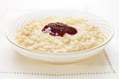 Reis-Pudding mit Störung stockfotos