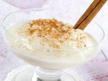 Reis-Pudding mit Zimt lizenzfreie stockbilder