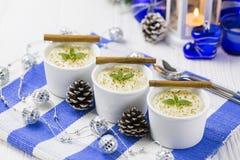 Reis-Pudding mit Zimt, neues Jahr-Verzierungen in der blauen Farbe Lizenzfreies Stockfoto