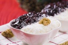 Reis-Pudding und Erdbeermarmelade mit Nüssen Lizenzfreies Stockbild