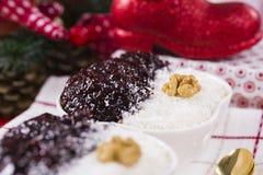 Reis-Pudding und Erdbeermarmelade mit Nüssen Stockfoto