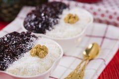 Reis-Pudding und Erdbeermarmelade mit Nüssen Stockbilder