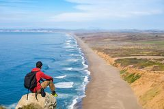 Reis in Punt Reyes National Seashore, mensenwandelaar met rugzak die van mening, Californië, de V.S. genieten royalty-vrije stock afbeelding