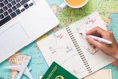 Reis reis Vakantie - Hoogste mening van vliegtuig, camera, paspoort stock afbeeldingen