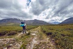Reis te voet door de bergvalleien De schoonheid van het wild Altai, de weg aan Shavlinsky-meren stijging royalty-vrije stock foto's