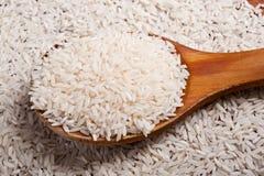 Reis und hölzerner Löffel Stockfotografie