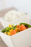 Reis und sautéed Gemüse Stockbild