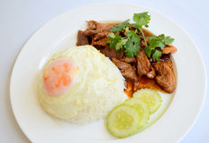 Reis und Schweinefleisch mit Knoblauch- und Pfeffersoße und Spiegelei Lizenzfreie Stockfotografie