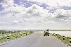 Reis van de landschaps de Toneelweg op lege weg en Elektrische Golfkar royalty-vrije stock afbeelding