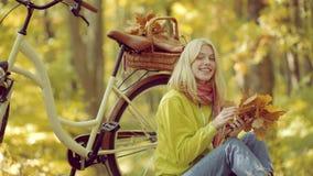Reis van de vakantie de openluchtvakantie De vrouw van de herfst Mooie vrouw die in het bos op een dalingsdag loopt Het concept v stock video