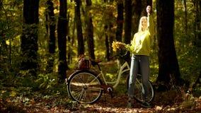 Reis van de vakantie de openluchtvakantie De vrouw van de herfst Mooie vrouw die in het bos op een dalingsdag loopt Mooie jonge v stock footage