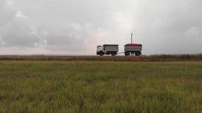 Reis van een vrachtwagen met aanhangwagen stock footage