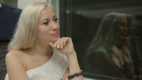 Reis van het blonde in de trein stock footage