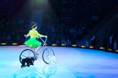 Reis van het Circus van Moskou op Ijs Opgeleide honden onder begeleiding van Victoria Alexandrova Stock Afbeelding