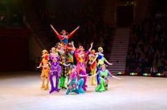 Reis van het Circus van Moskou op Ijs Acrobaten met touwtjespringen Royalty-vrije Stock Afbeeldingen