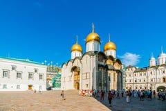 Reis 14 van het Kremlin: Toeristen in Kathedraalvierkant van t royalty-vrije stock afbeelding