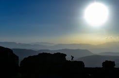 Reis van ontdekking in mystieke en geheimzinnige bergen royalty-vrije stock afbeelding