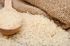 Reis von und hölzerner Löffel Lizenzfreie Stockfotografie