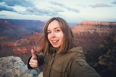 Reis wandelings selfie foto van jonge mooie tienerstudent bij Grand Canyon -gezichtspunt in Arizona Stock Fotografie