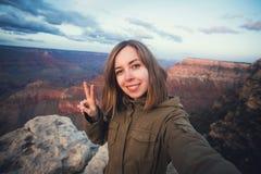 Reis wandelings selfie foto van jonge mooie tienerstudent bij Grand Canyon -gezichtspunt in Arizona Stock Foto's
