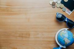Reisachtergrond met muntstukken, kaarten, mobiele telefoon, bol en cof Stock Fotografie