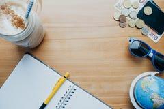 Reisachtergrond met muntstukken, kaarten, mobiele telefoon, bol en cof Stock Afbeelding